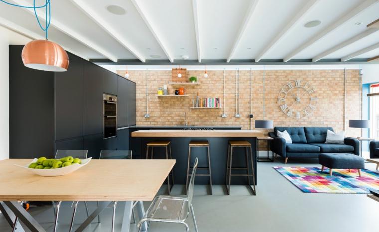Parete effetto legno, cucina con isola centrale, cucina con mobili di colore nero, tavola di legno