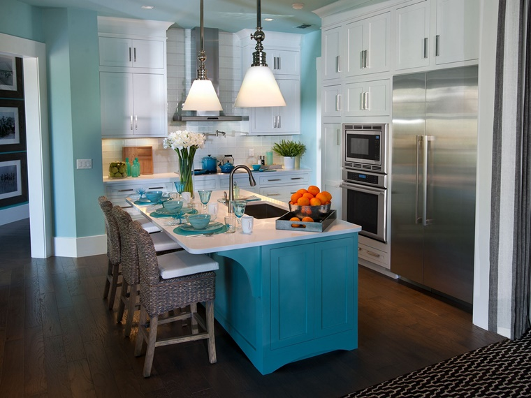 cucina pitturata blu celeste isola centrale blu scuro