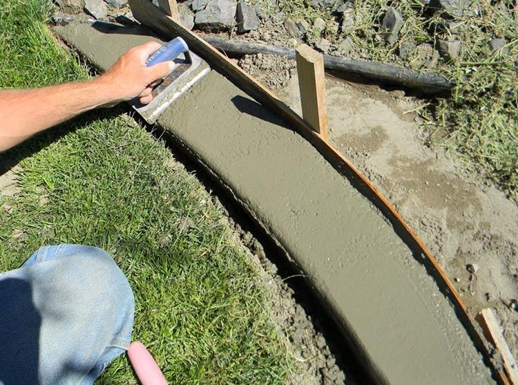 decorare giardino utilizzando materiale diffuso cemento