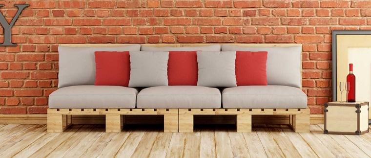divano realizzato pallet morbidi cuscini colore grigio