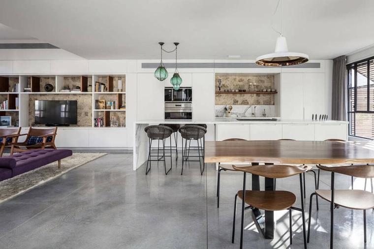 Cucina con isola centrale, divano di colore viola, come arredare sala e salotto insieme