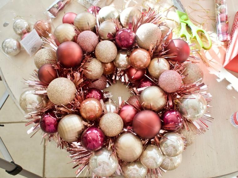 festoni natalizi per balcone decorazione con palline e ghirlanda