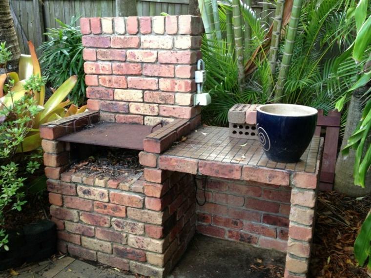 Giardino con barbecue in muratura a legna, barbecue con mattoni a vista