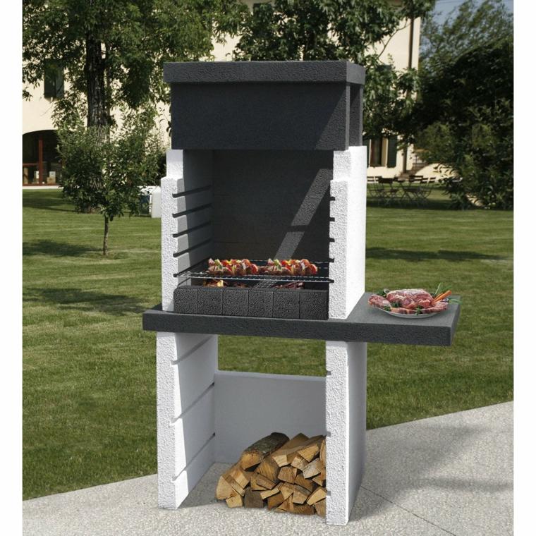 Giardino con barbecue in muratura, giardino con prato verde e alberi