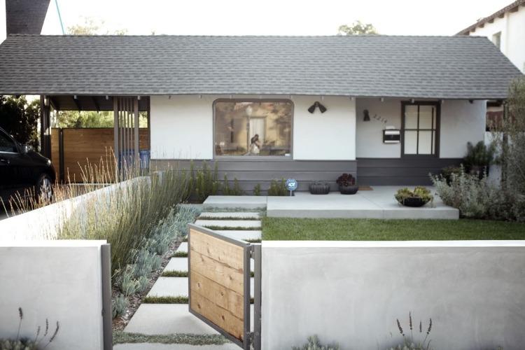 giardino fiorito cortile anteriore pavimento lastre calcestruzzo