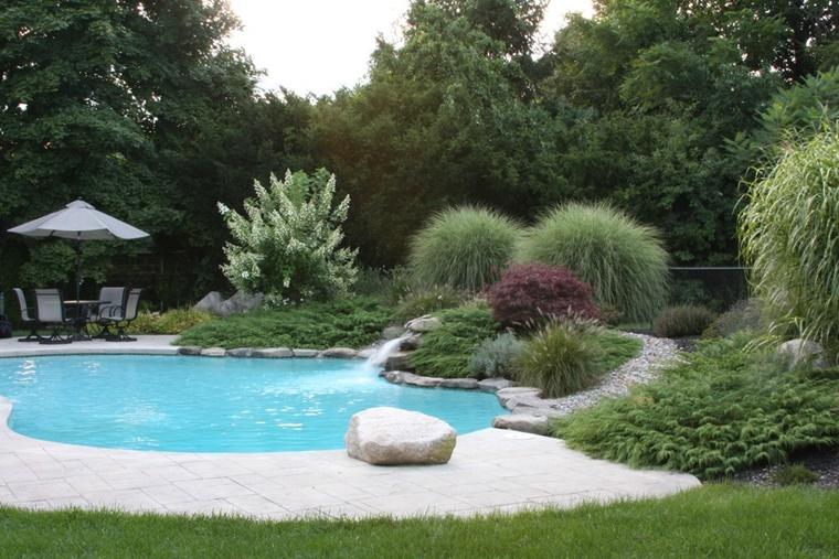 giardino grande piscina tanti alberi