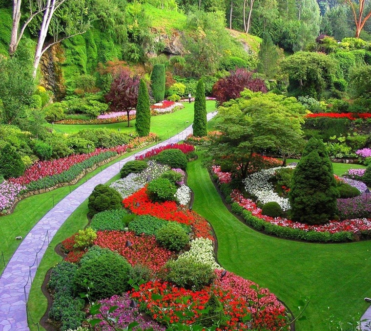 giardino grande tanti fiori prato verde