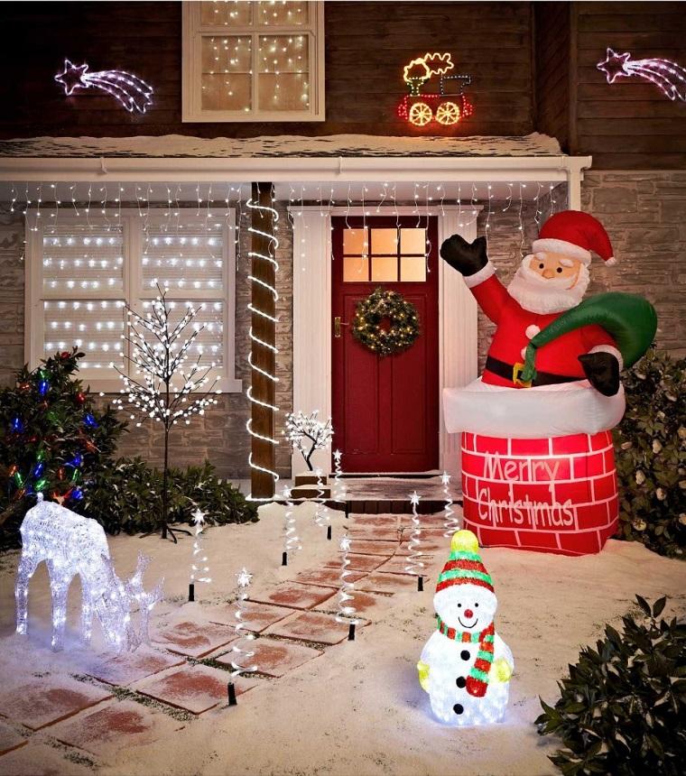 giardino illuminato decorato renne puppazzi neve babbo natale