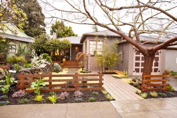 giardino moderno piante alberi cancello legno