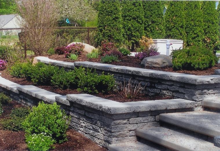 giardino terrazzato blocchi pietra lastre cemento