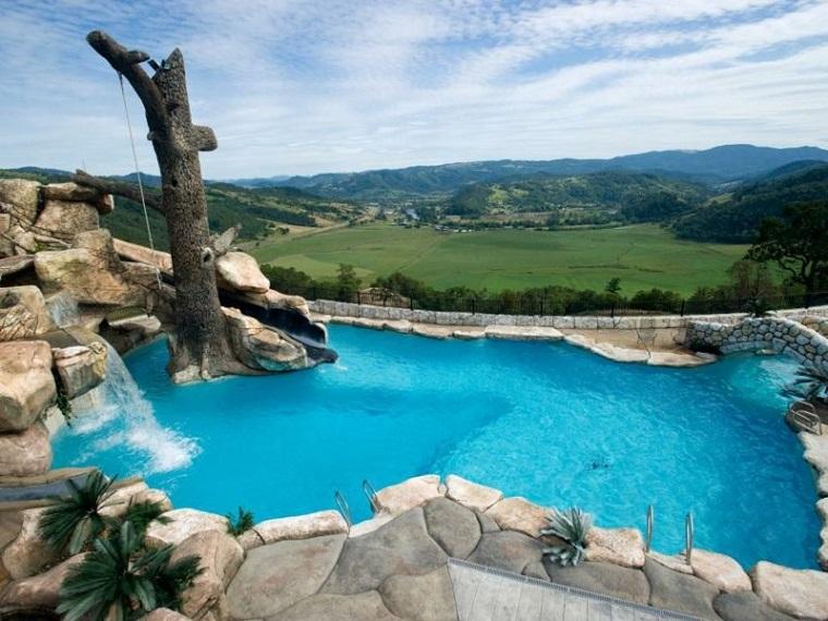 giochi d'acqua ampia piscina circondata rocce