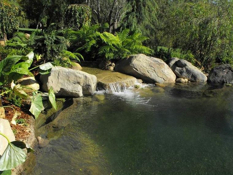 giochi d'acqua cascata naturale rocce