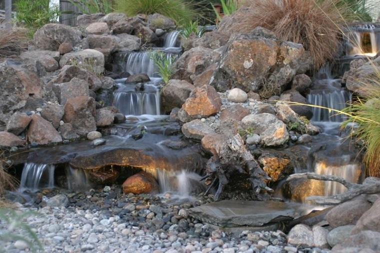 giochi d'acqua cascate grandi piccole rocce