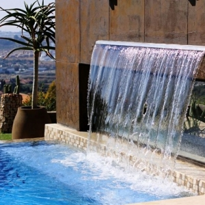 Arredo giardino con angolo bar fai da te in bancali riciclati - Cascate per piscine ...
