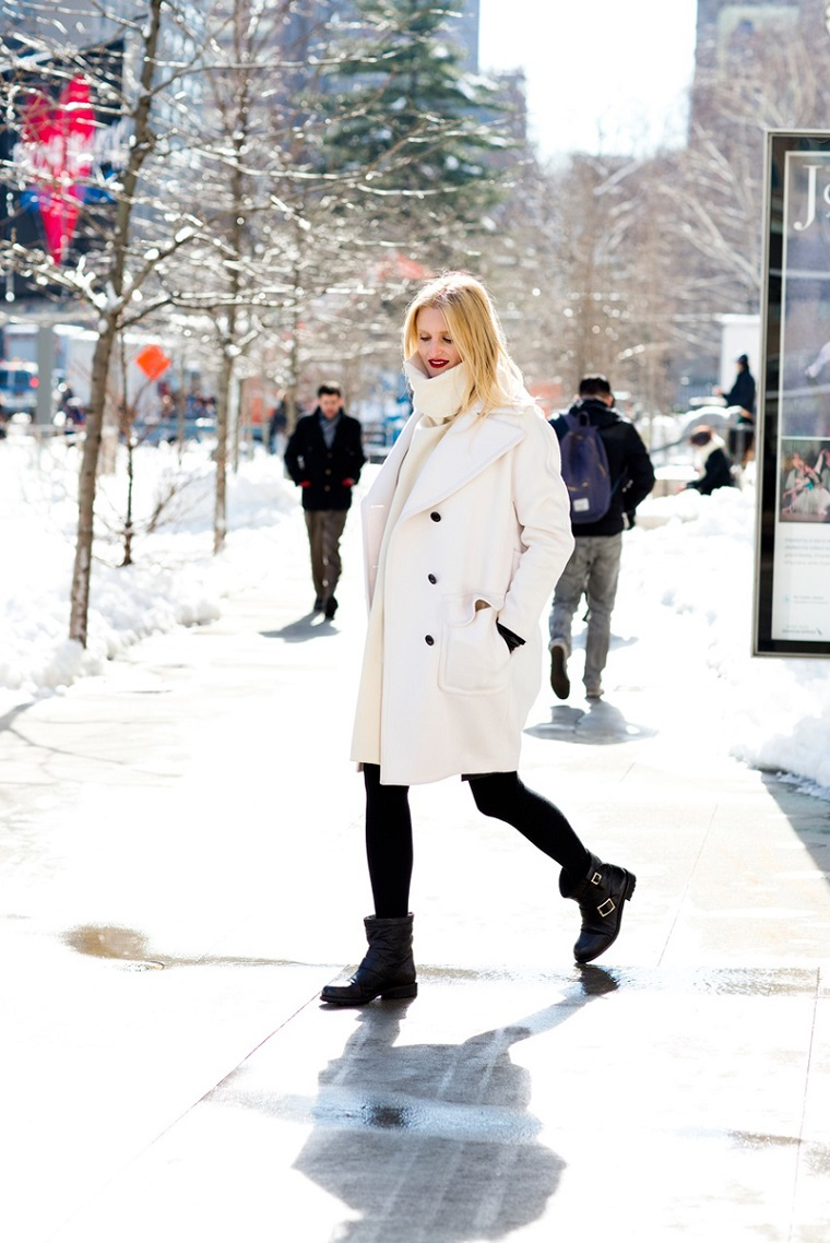 gravidanza avanzata donna incinta vestita cappotto bianco
