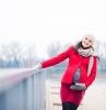 gravidanza-avanzata-donna-incinta-vestita-cappotto-rosso