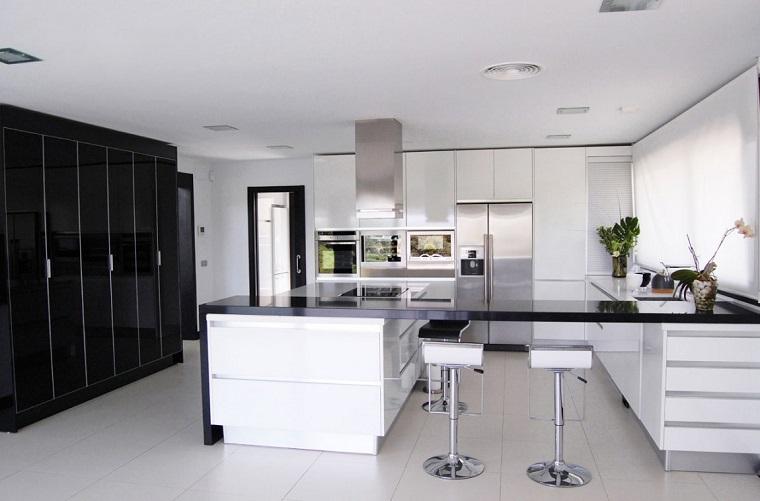 Idee arredo casa in bianco nero e grigio per uno stile for Cucina idee arredo