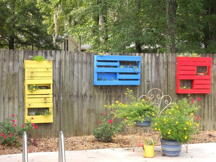 idee pallet porta vasi colorati