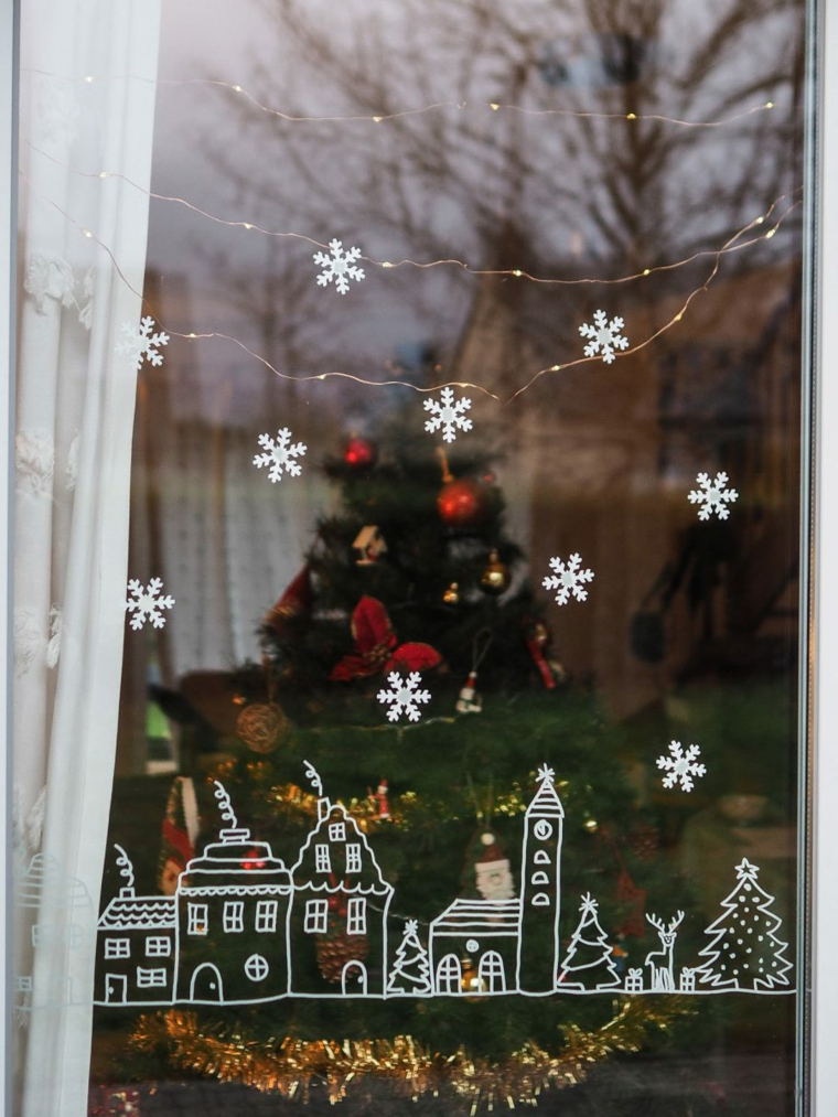 idee per addobbi natalizi esterni finestra con disegni decorazione con fili di lucine