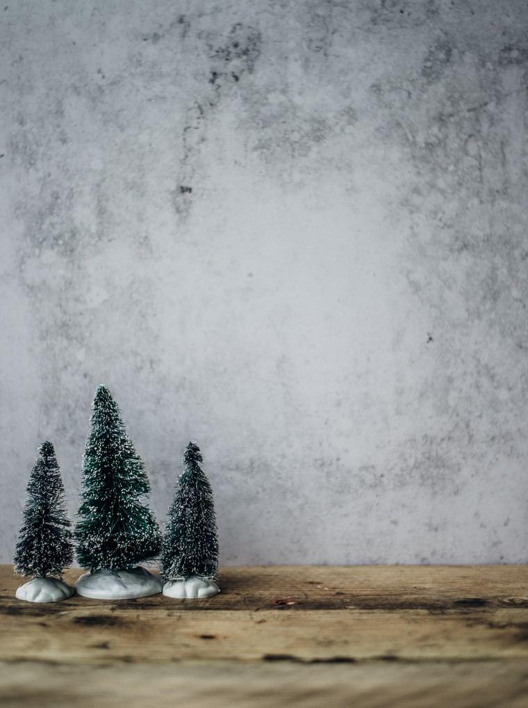 idee per addobbi natalizi esterni tre mini alberi di natale decorazione finestra