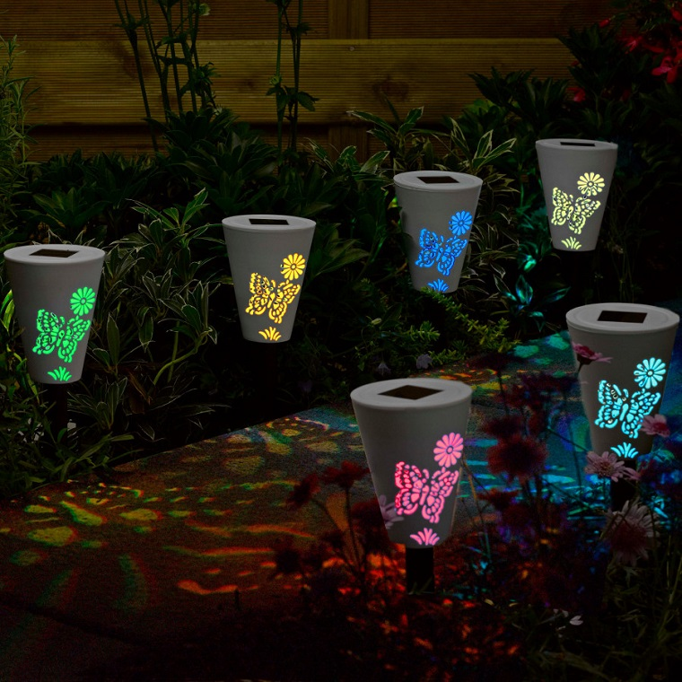 illuminazione giardino idee torce colorate
