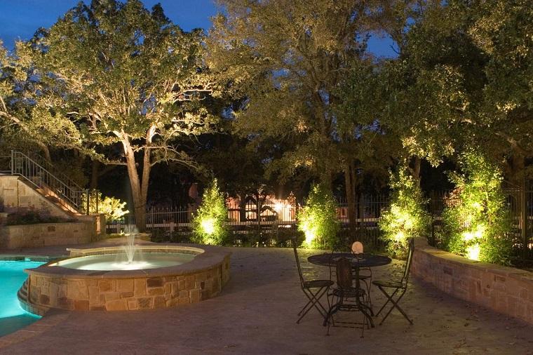 iluminazione giardino fari piante piscina
