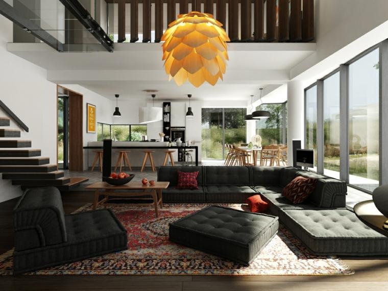 Open space due piani, lampadario forma carciofo, divano basso in tessuto, tavolino in legno da sala