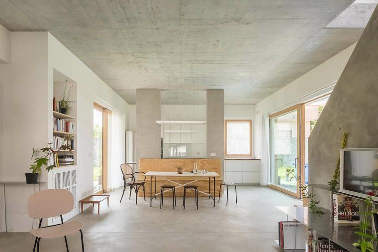 Cucina con isola centrale, parete in cartongesso con nicchie, soluzioni per dividere soggiorno e cucina