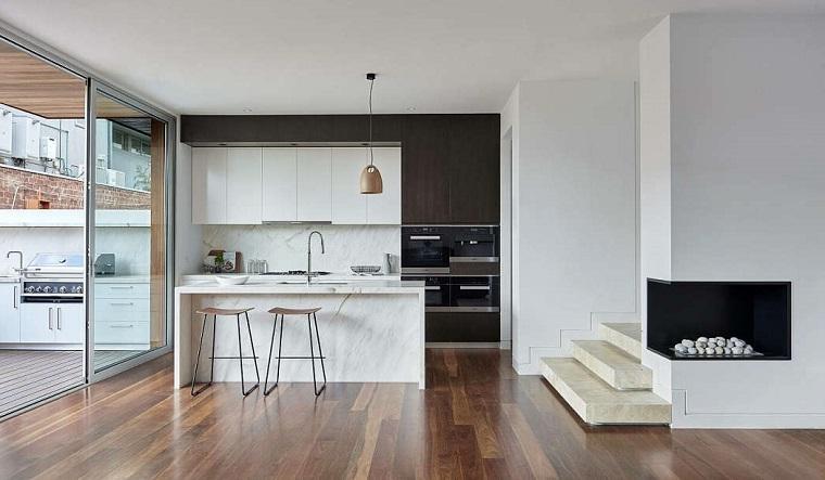 Arredare cucina soggiorno open space, pavimento in parquet, cucina con isola centrale