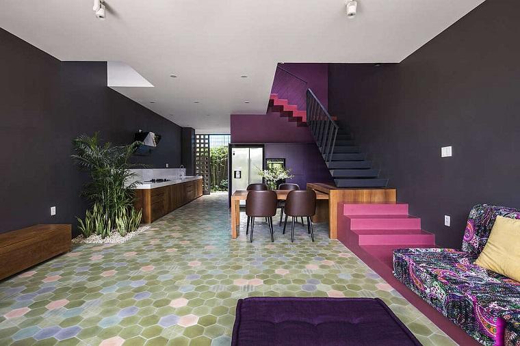 Come arredare sala e salotto insieme, casa con scale interne, cucina con mobili in legno