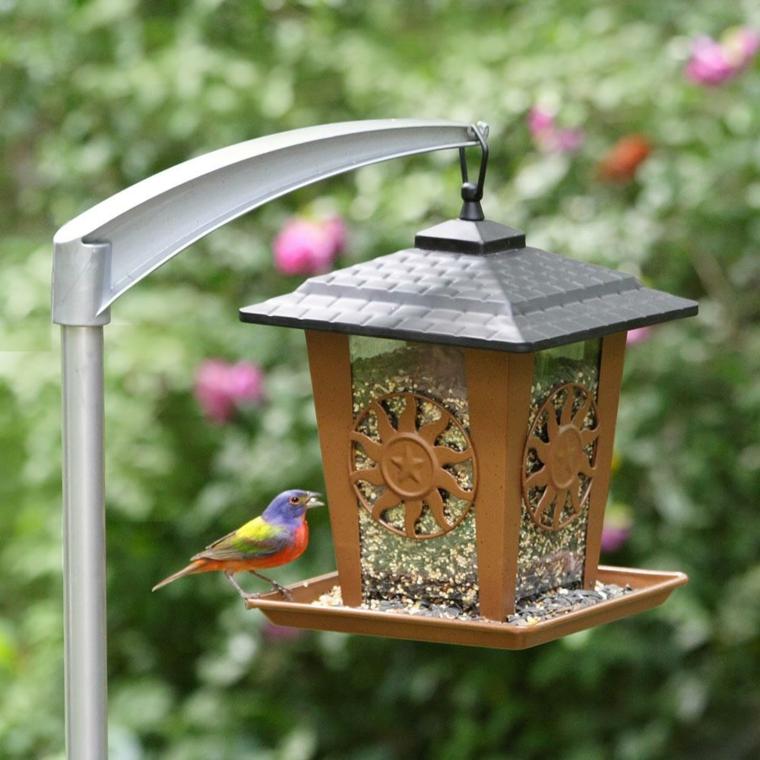mangiatoie per uccelli particolari forma casa