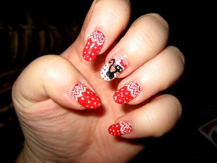 manicure natalizia rosso puntini bianchi