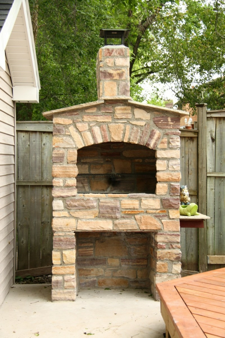 Giardino con barbecue in muratura, barbecue con mattoni e forno a legna