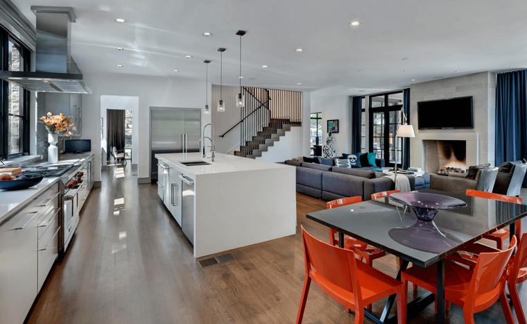Open space soggiorno cucina progetti, cucina con isola centrale, sedie in plastica arancione