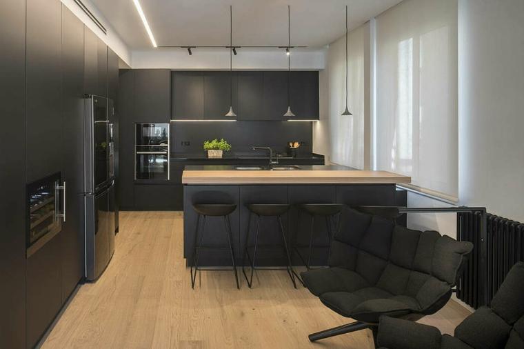 Cucina con isola, mobili cucina colore nero, poltrone in tessuto, soluzioni per dividere soggiorno e cucina