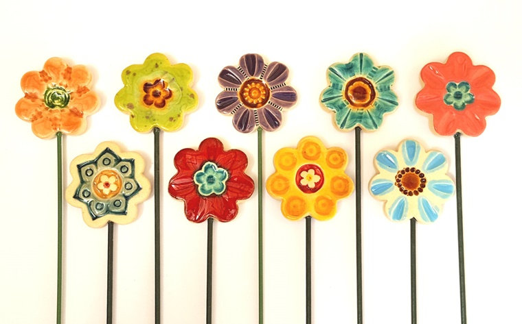 oggetti in ceramica fiori colorati prato