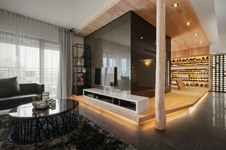 Open space, soggiorno con tavolino rotondo, pavimento in legno con illuminazione