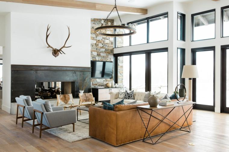 Divano in pelle marrone, loft significato, soggiorno con pavimento in parquet, lampadario ruota di legno