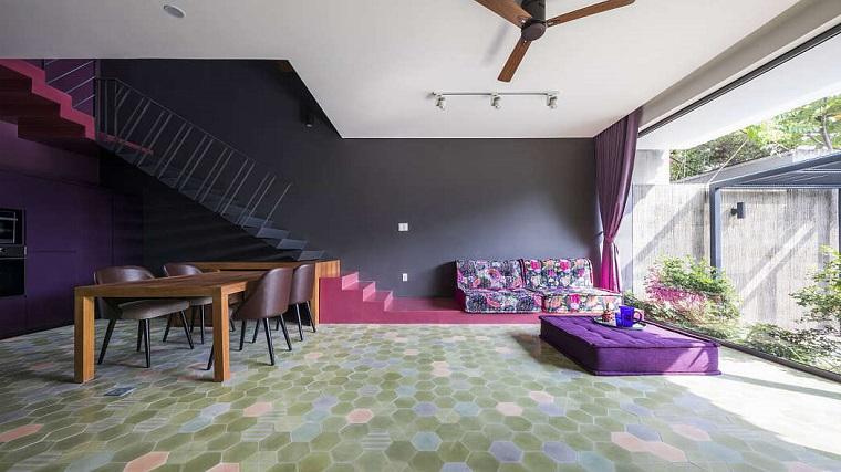 Arredare salotto e sala da pranzo insieme, tavolo da pranzo in legno, divano di colore viola