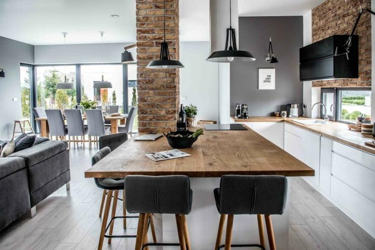 Cucina con tavolo di legno, divano di colore grigio, cucina con mobili di legno bianco, arredare salotto e sala da pranzo insieme