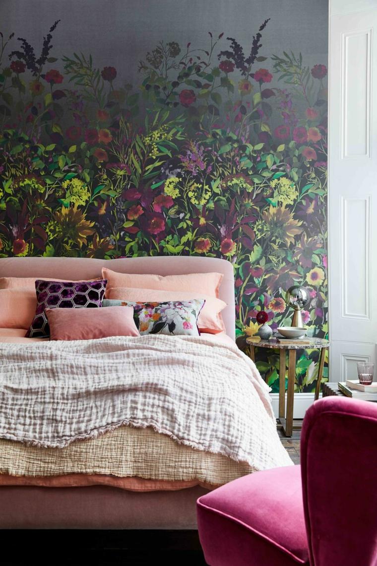 parete dipinta dietro letto cuscini poltrona tessuto fucsia comodino tavolino