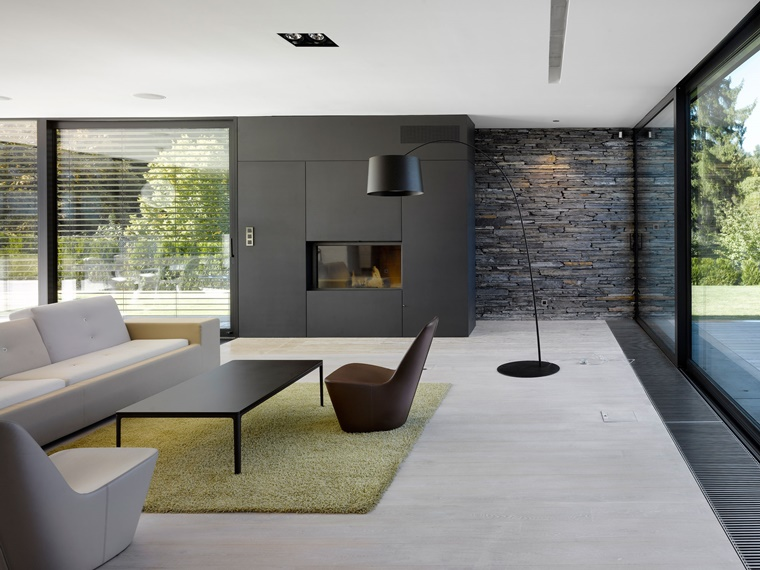 parete soggiorno colori scuri abbinati pavimento chiaro