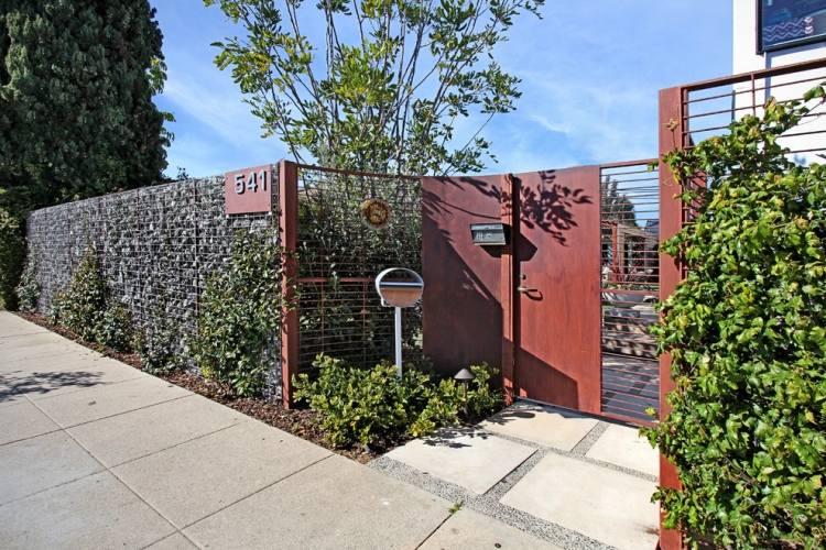 recinzione mettallica divide cortile antreriore giardino