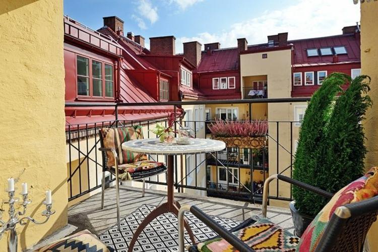 ringhiere in ferro battuto balcone arredato mobili vimini