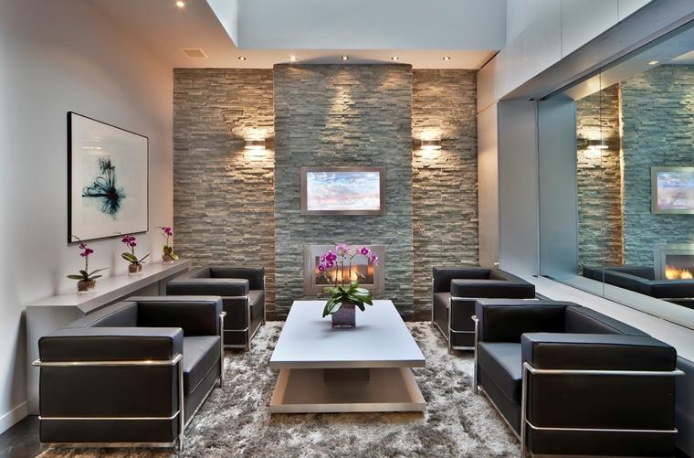 Rivestimenti in pietra in soggiorno moderno idee di for Soggiorni moderni in pietra
