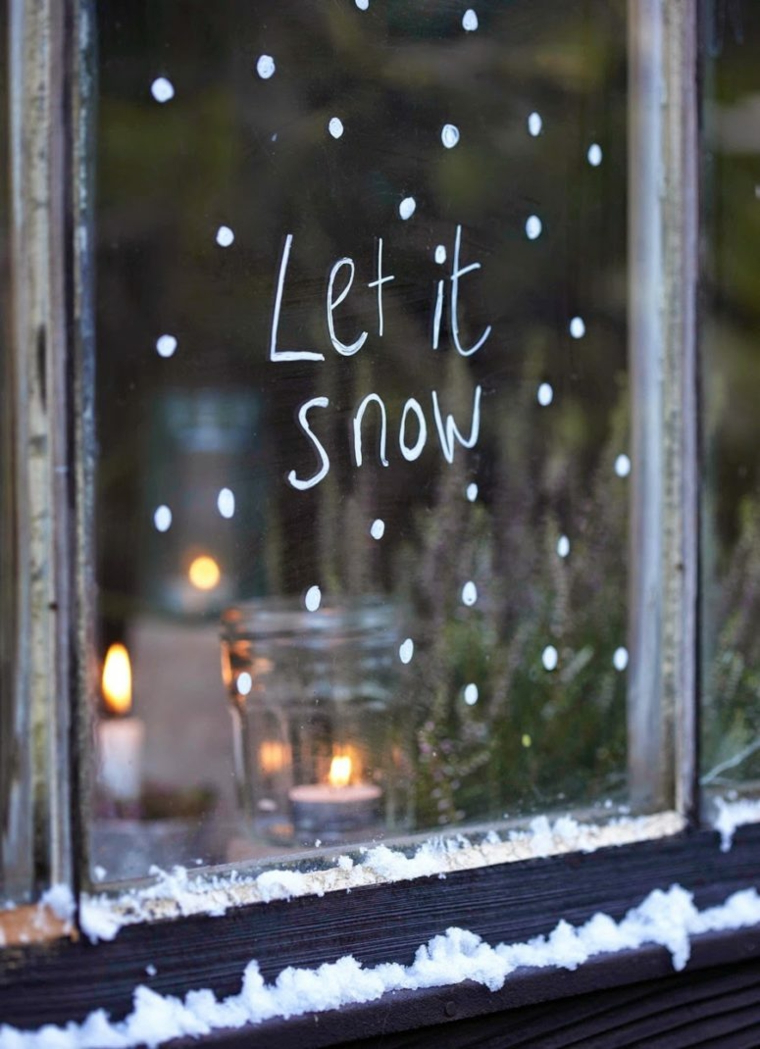 scritta let it snow addobbi davanzale finestra decorazione con neve finta