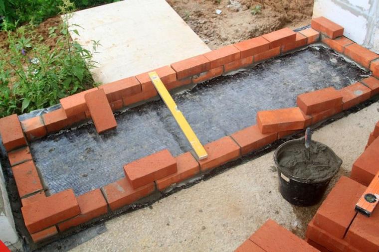 Costruire barbecue in muratura, costruzione con base di mattoni rossi