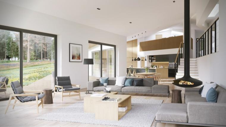 Soggiorno con divani grigi, living con camino, cucina con isola, casa con giardino