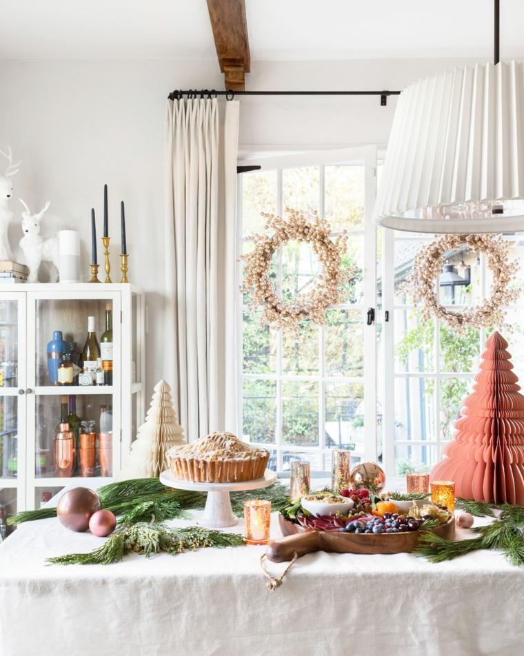 soggiorno con tavolo da buffet finestra decorata con festone natalizio