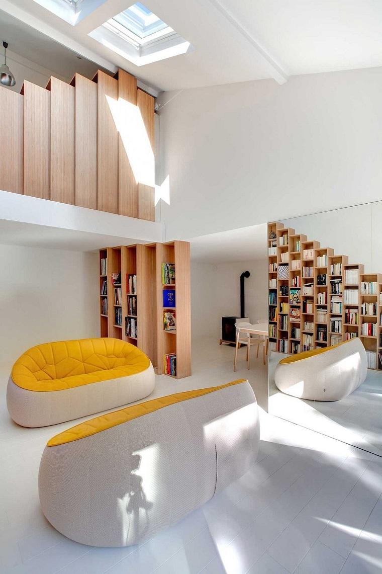 soggiorno moderno divano giallo spechhio grande